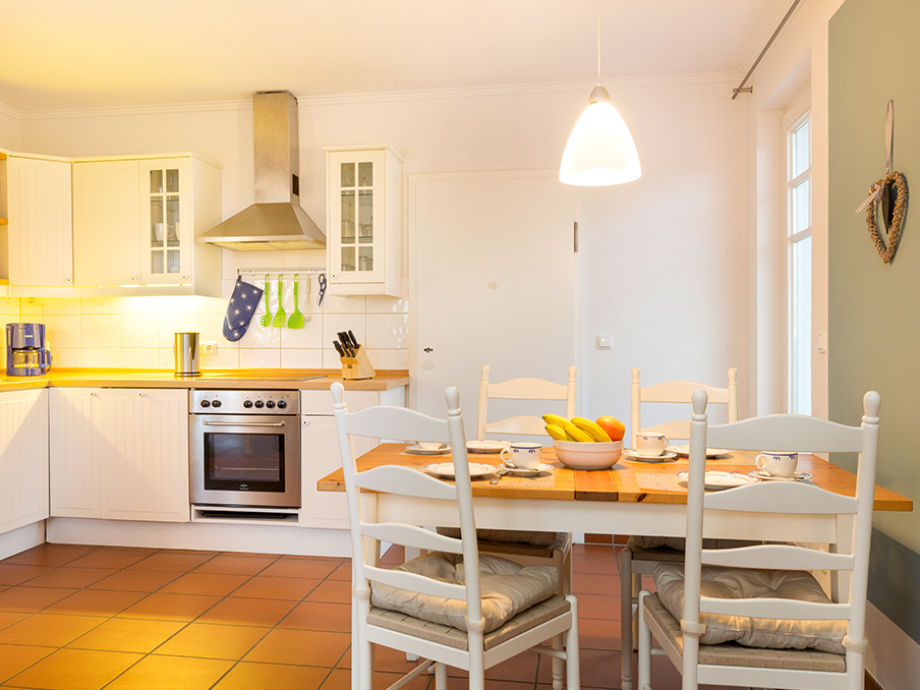 Wohnzimmer mit Küchenzeile.