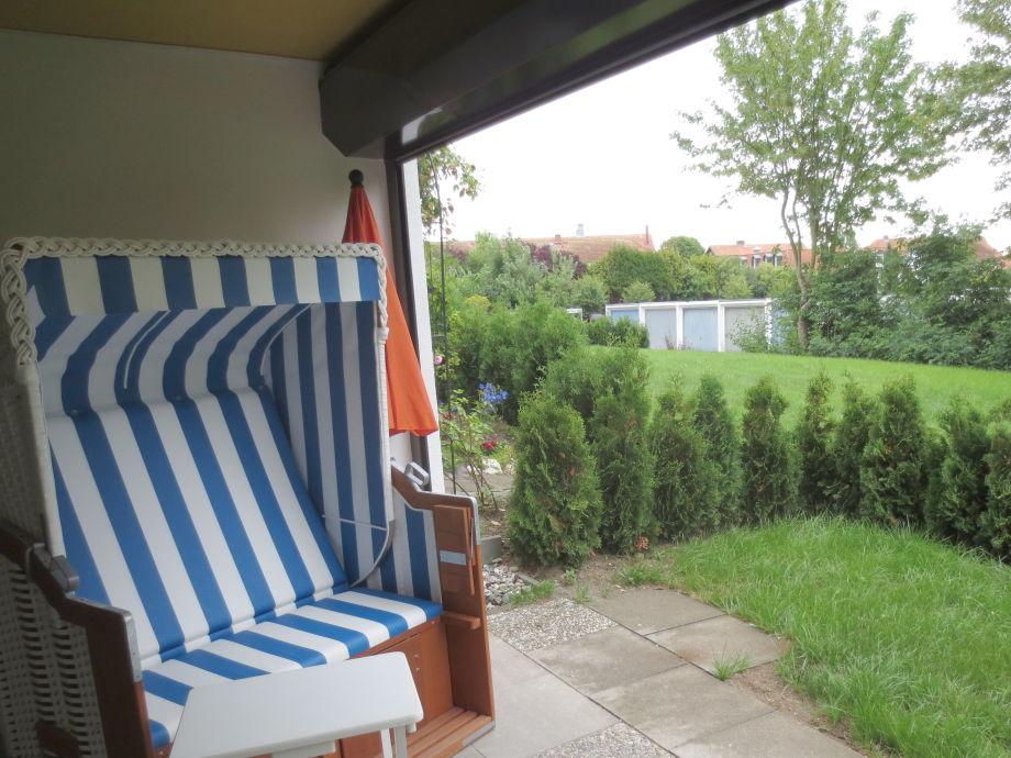 überdachte Terrasse mit Vorgarten
