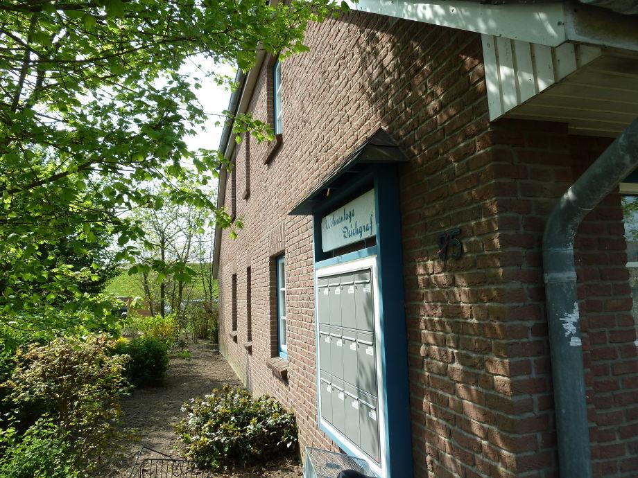 Seitenansicht Haus Deichgraf - dahinter Garten/Deich