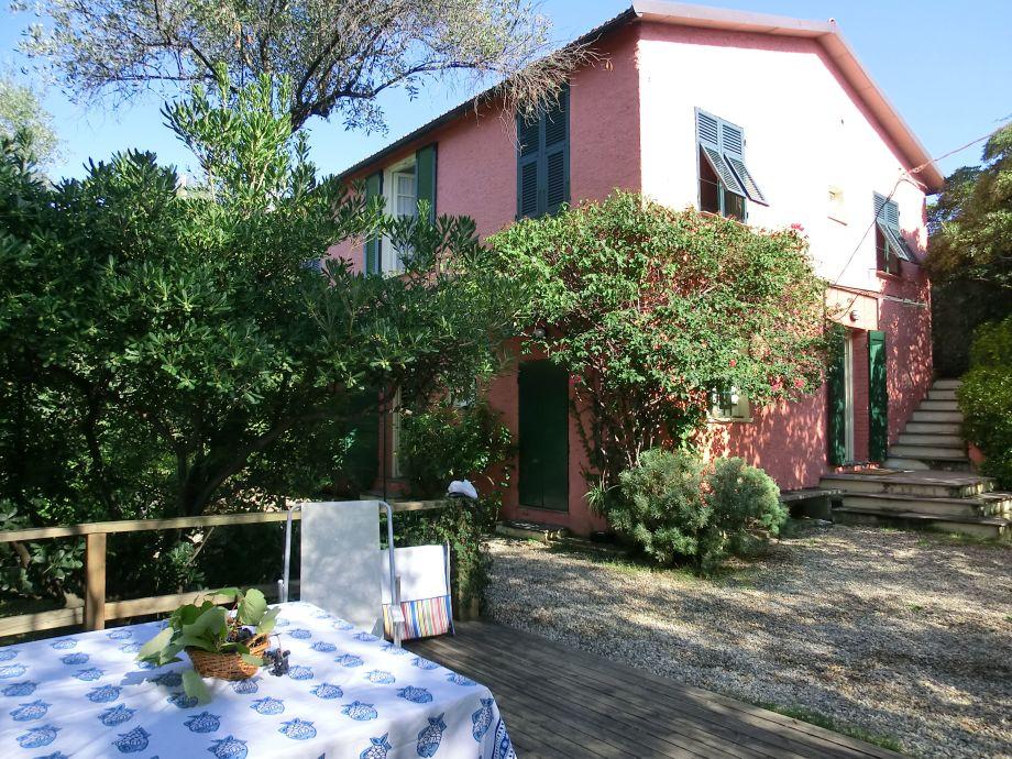 Speisen auf der Terrasse im schattigen Garten der Casa Bosco