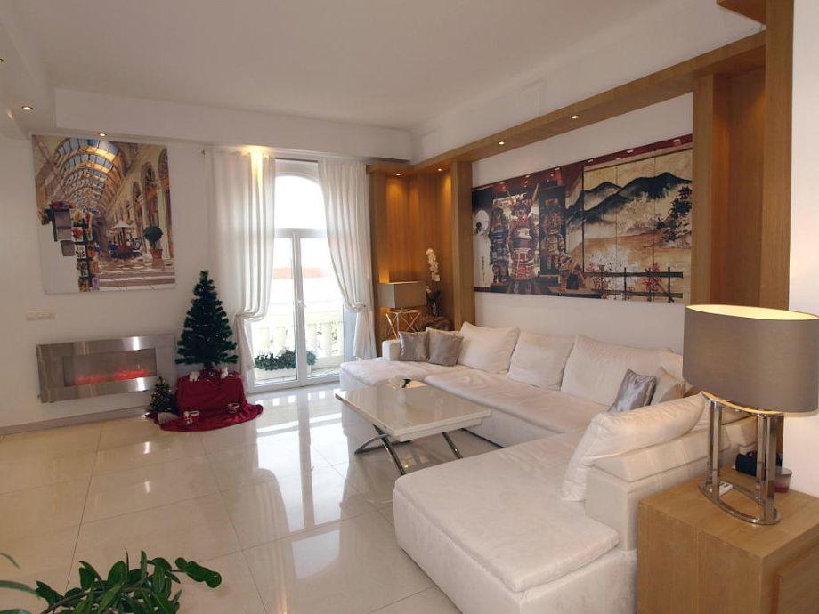 Hoher Plafond und Luxuseinrichtung