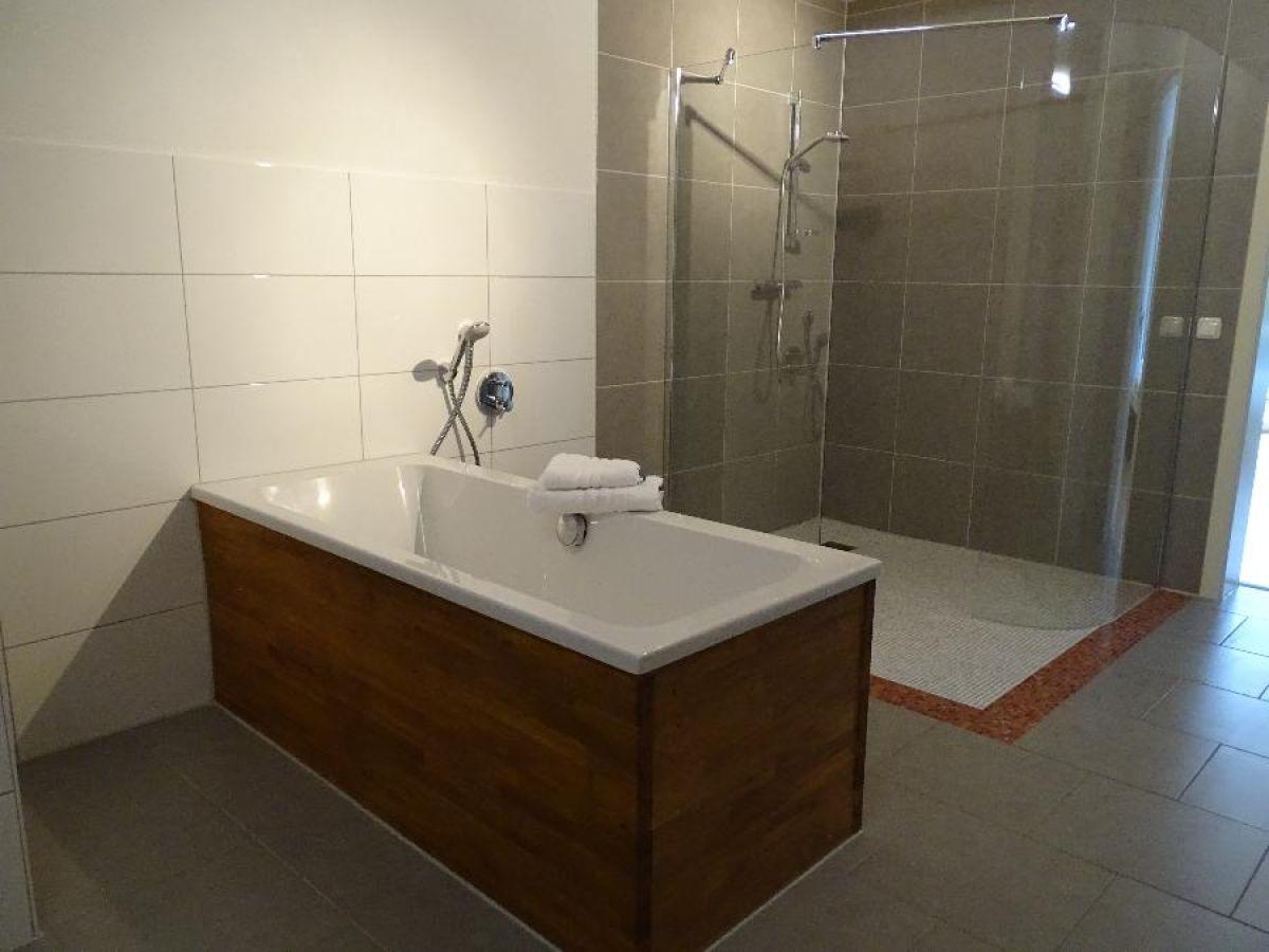 badewanne dusche tapete verschiedene. Black Bedroom Furniture Sets. Home Design Ideas