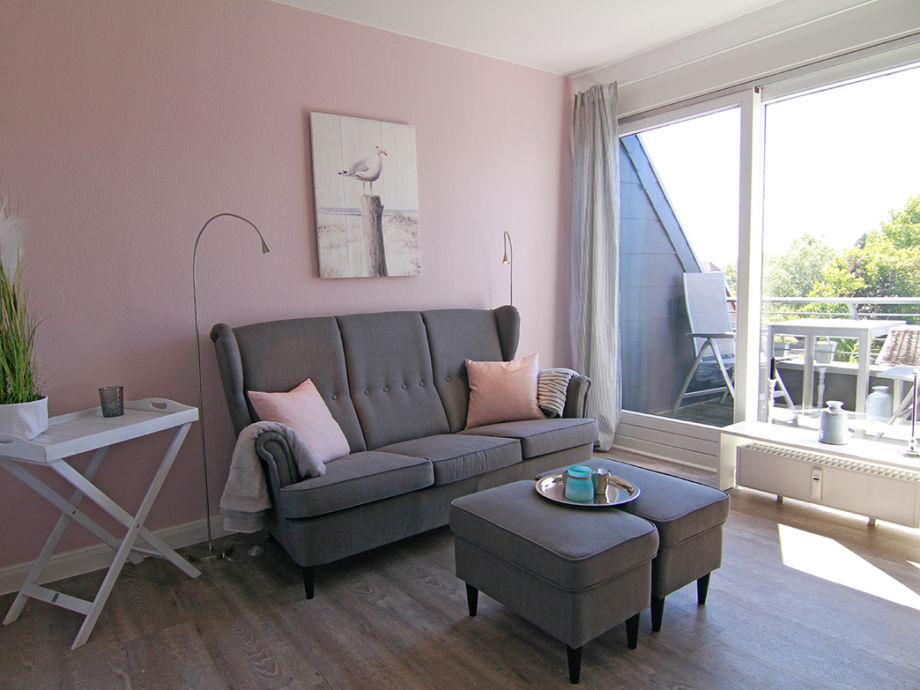 Das gemütliche Wohnzimmer mit Durchgang zum Balkon