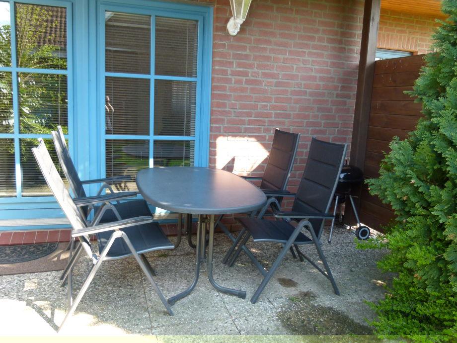 auf der Terrasse Kaffee trinken, reden oder grillen
