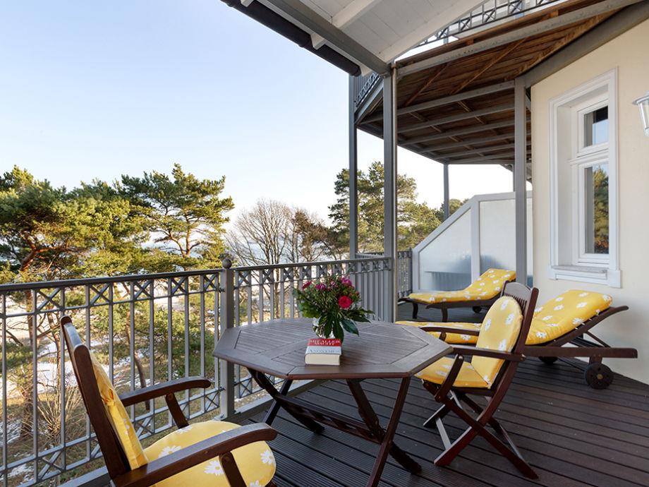 Ihr großer und bequem möblierter Balkon.