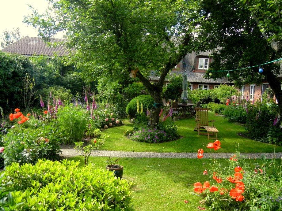 An ihrer Terrasse : der schöne geschützte Garten