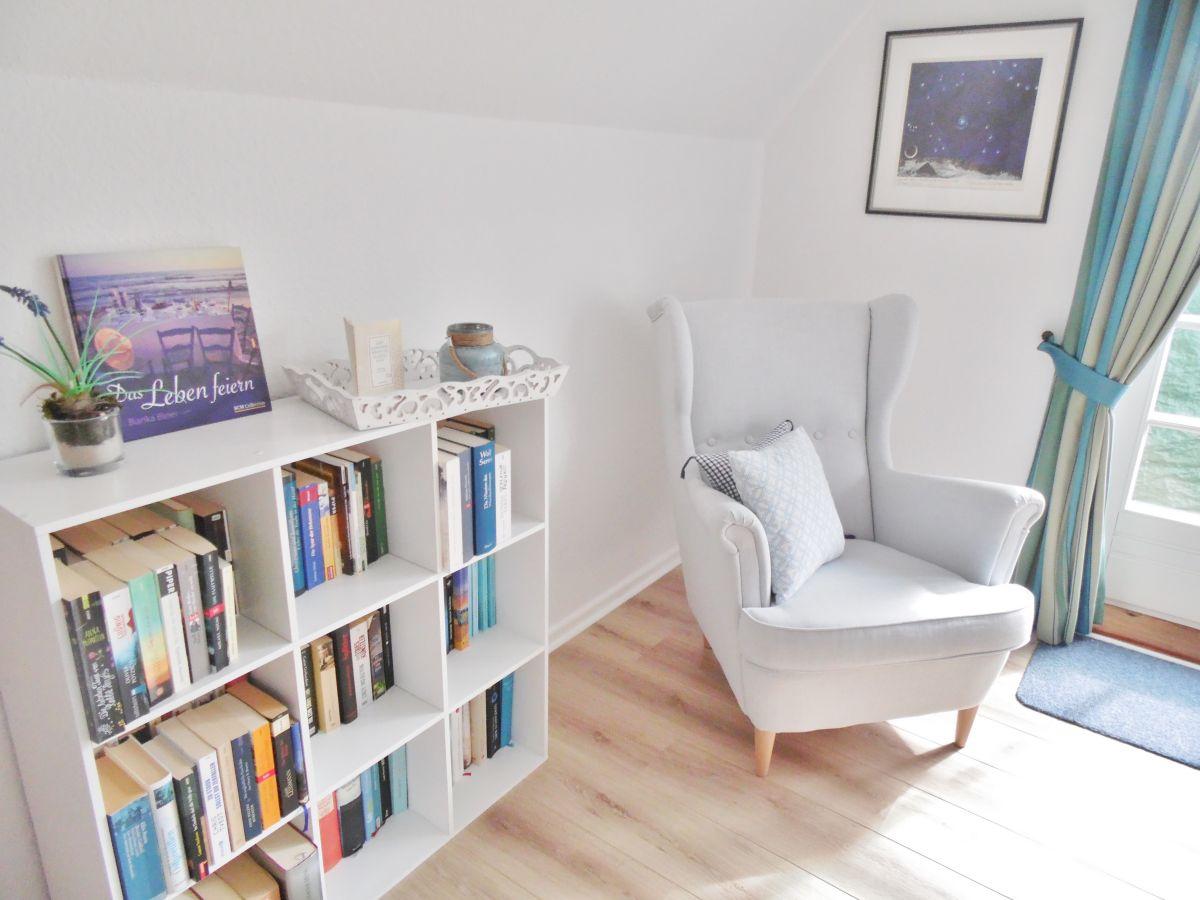 Lese Ecke Mit Bücherregal Im Schlafzimmer Einrichten By Ferienwohnung Oner  Taag Nordfriesische Inseln .