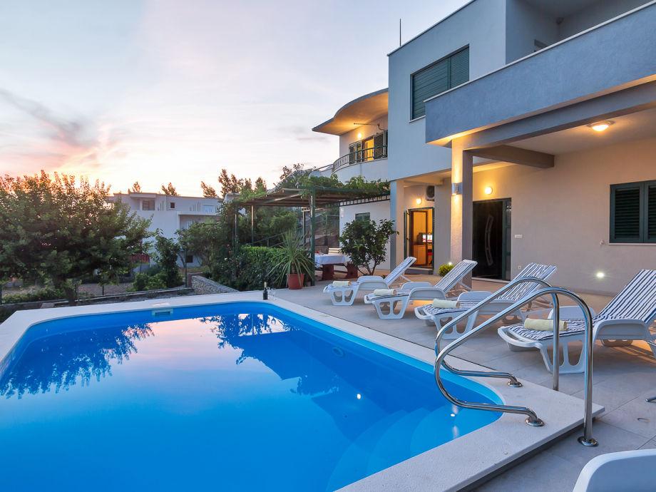 Der Pool mit Meerblick und Sonnenliegen