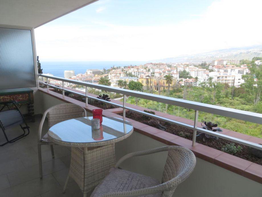 Balkon mit Sessel und Tisch