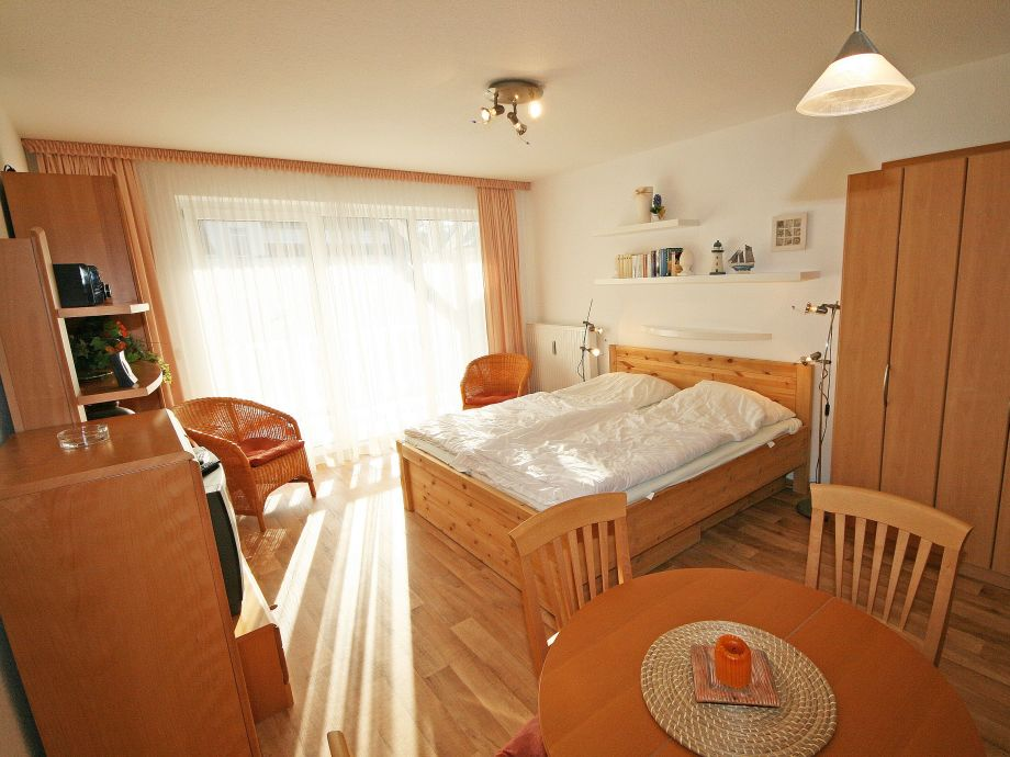 ferienwohnung 4 h hnergott mit balkon mecklenburg vorpommern ostsee r gen baabe firma. Black Bedroom Furniture Sets. Home Design Ideas