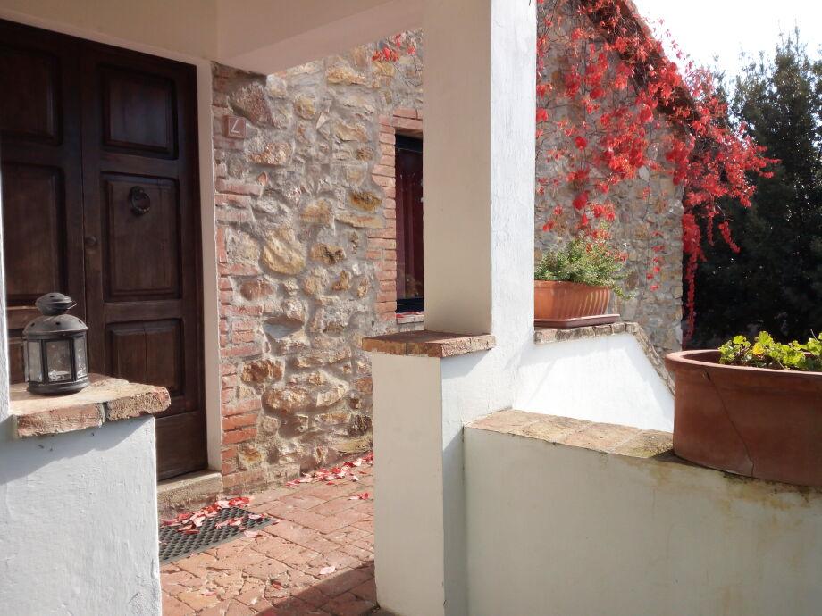 Eingang und Terrasse der Wohnung