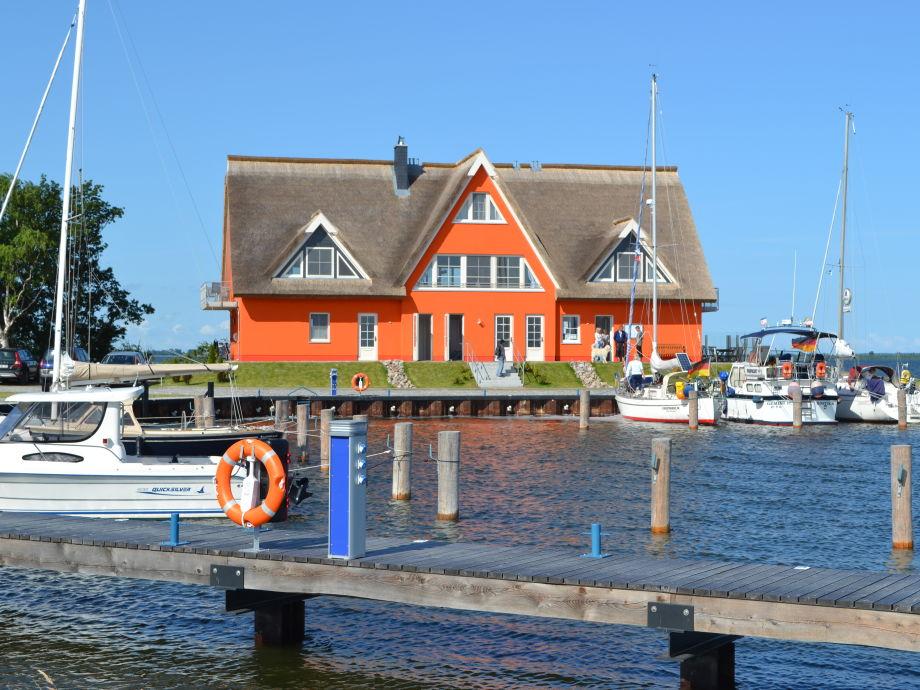 einmalige Lage zwischen Yachthafen und Bodden