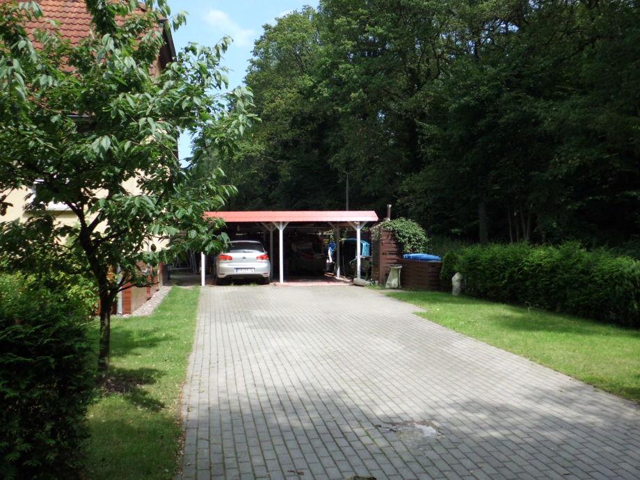 Auffahrt und Carport
