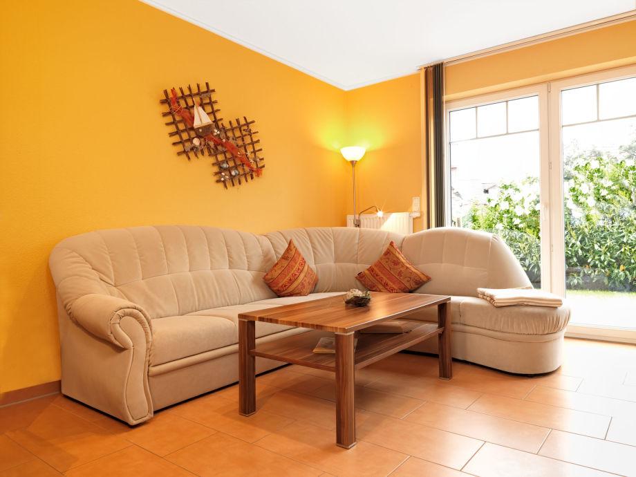 Großes Sonniges Wohnzimmer Mit Einer Hochwertigen Ausstattung Und äußerst  Geschmackvollen Farben.