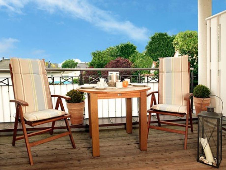 Auf Ihrem Balkon genießen Sie die Poeler Sonne und haben sogar einen seitlichen Meerblick.