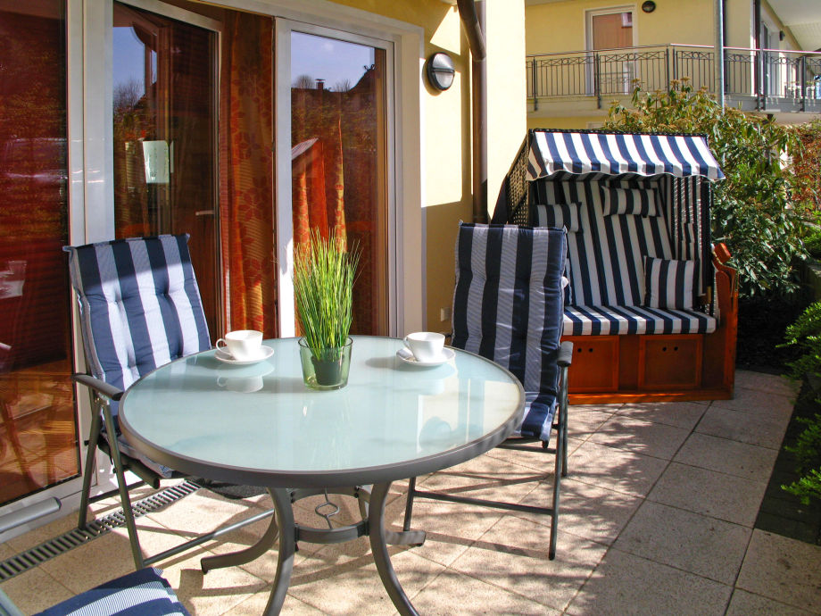 Relaxen Sie und genießen Sie die Poeler Sonne in Ihrem Strandkorb auf der sonnigen Terrasse.