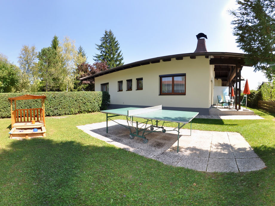 Der Garten mit Tischtennistisch, Sandkasten und Haus...