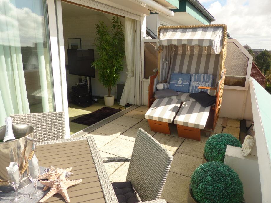 Strandkorb und Sitzecke auf der großzügigen Dachterasse
