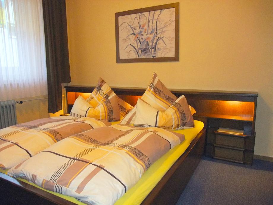 Komfortables Schlafzimmer mit Doppelbett