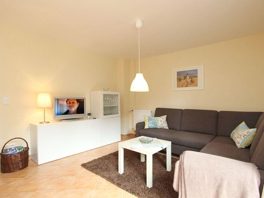 Wohnzimmer mit Couchbereich und Flatscreen-TV