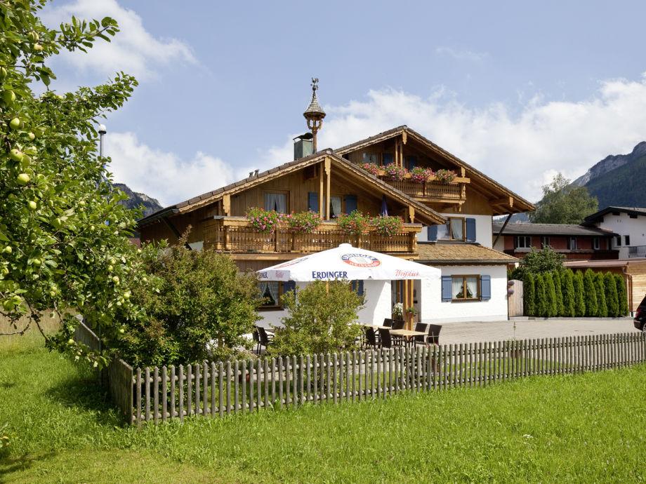 Haus Enzian und Nebenhaus im Sommer