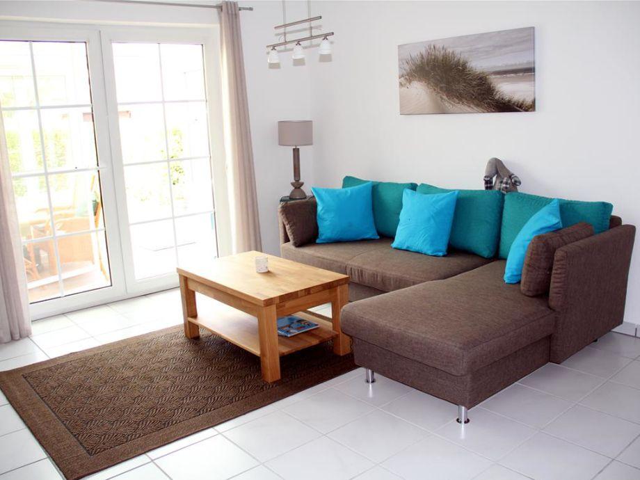Der Wohnbereich mit bequemem Sofa