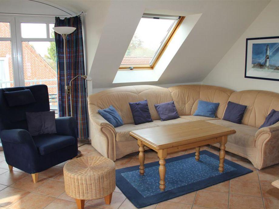 Der freundliche Wohnbereich mit Sofa