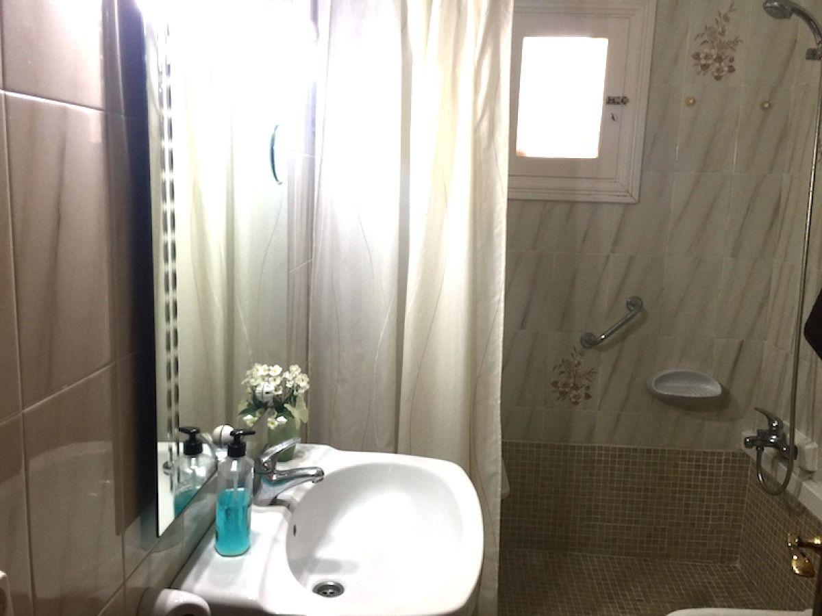 Badezimmer mit Dusche Doppelbettzimmer Wohnzimmer mit Kamin