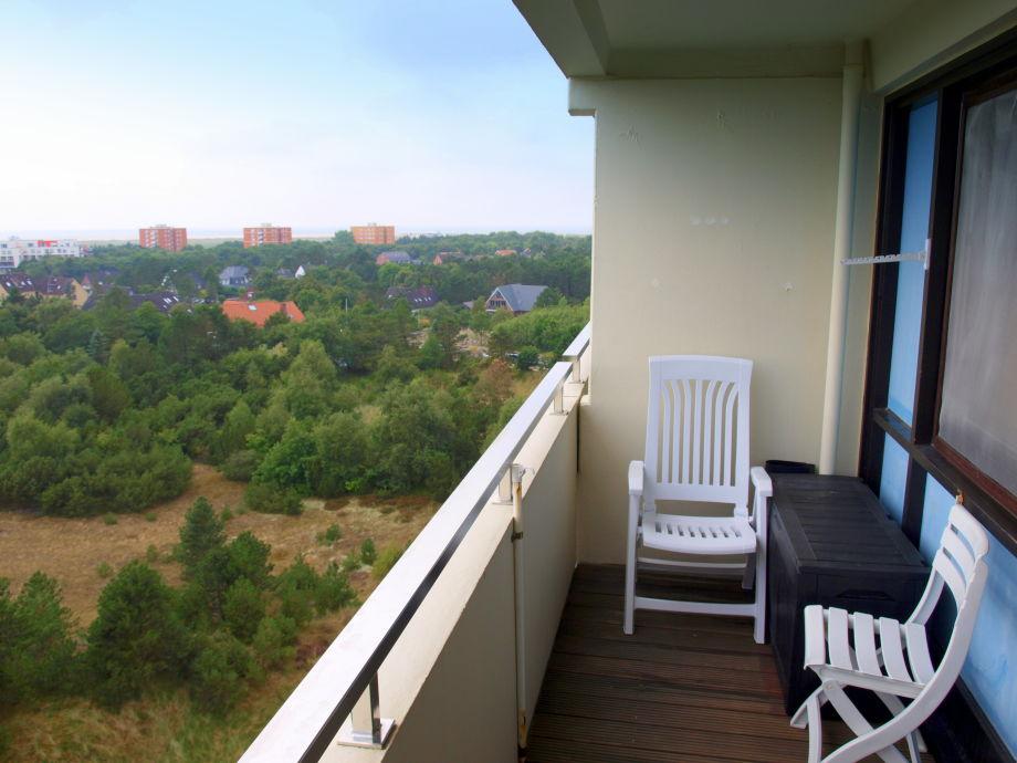 Schöner Sitzbereich auf dem Balkon mit Weitblick