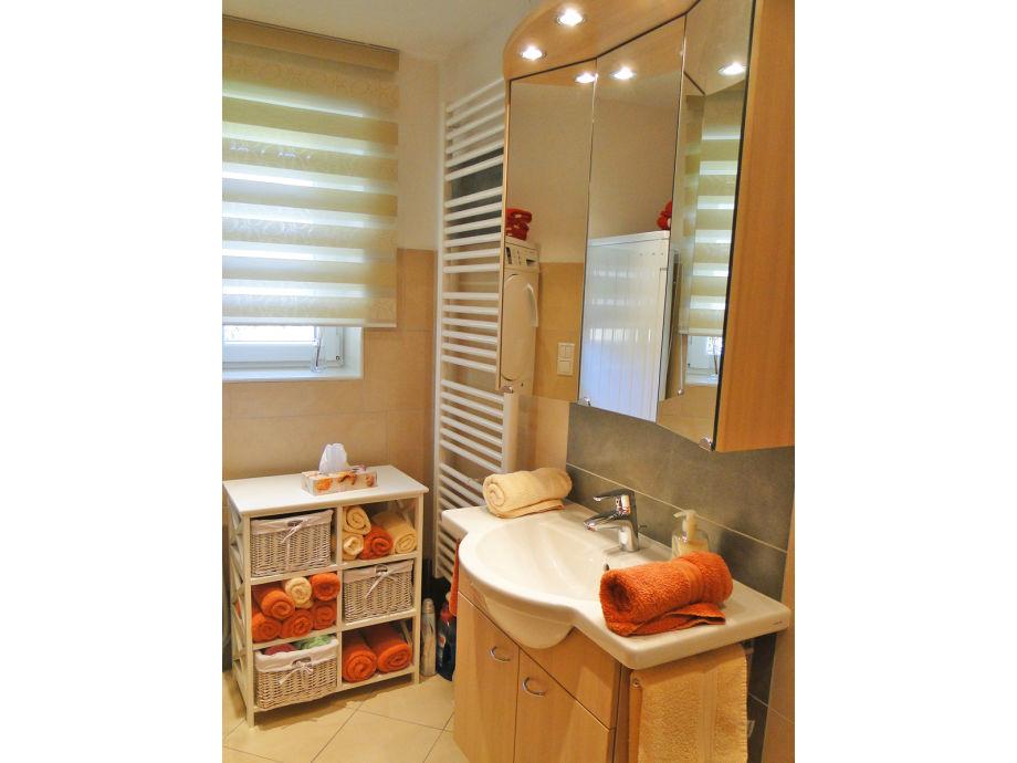 Mit einzelbetten schönes modernes bad ebenerdige dusche und wc