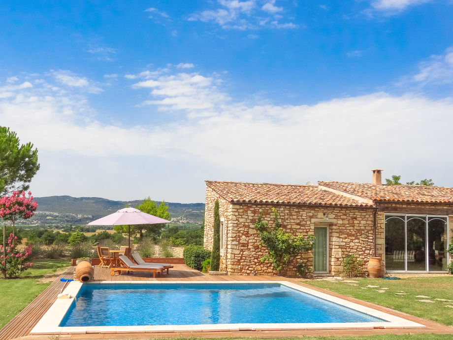 Außenaufnahme mit Pool in der Provence bei Roussillon