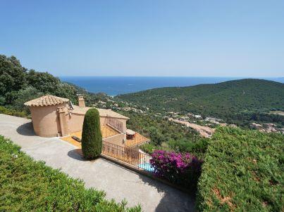 mit Pool und traumhaftem Meerblick in Cavalaire