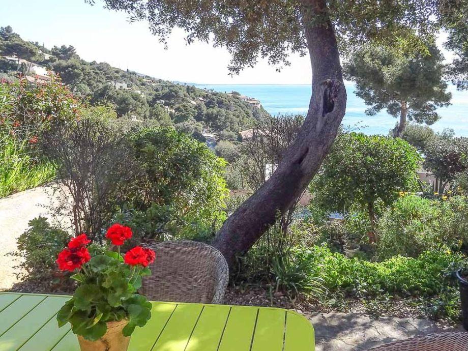 Terrasse vor dem Ferienhaus mit traumhaftem Meerblick