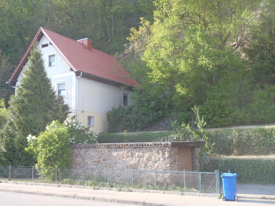 Haus mit Felsengarten