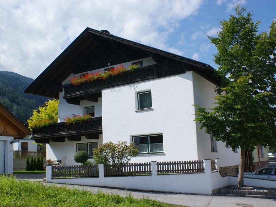 Wohnhaus Familie Angerer mit Zufahrt zur Ferienwohnung