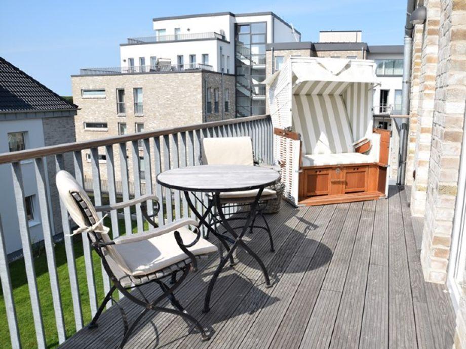 Großer Balkon mit Strandkorb