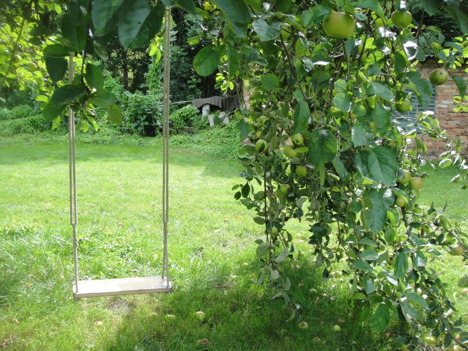 schaukeln im Garten unterm Apfelbaum