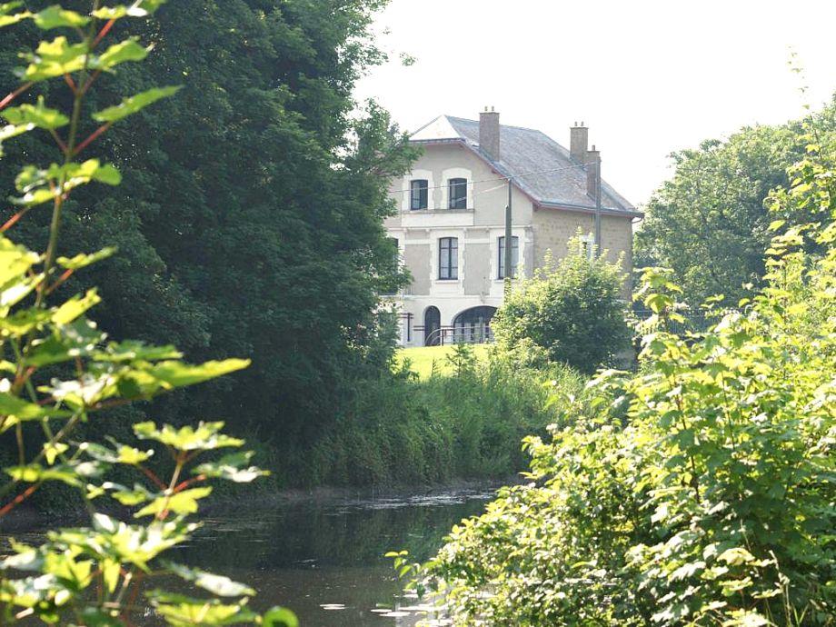 Das Landhaus mit See und Bäumen