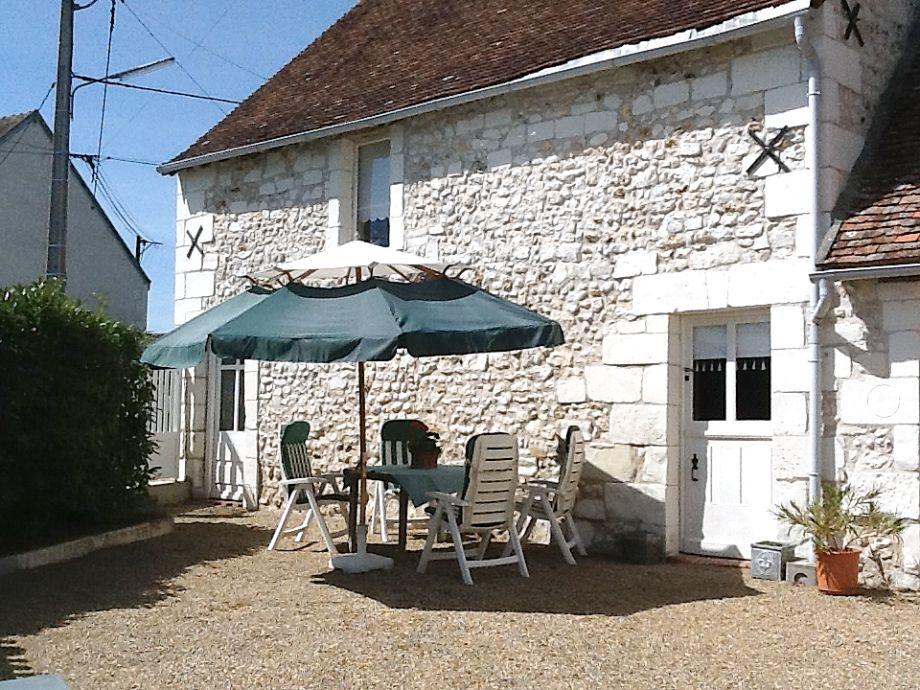 Die herrliche Außenfassade mit Terrasse und Gartenmöbel