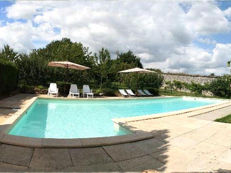 Der herrlich kühlende Pool mit Sonnenliegen