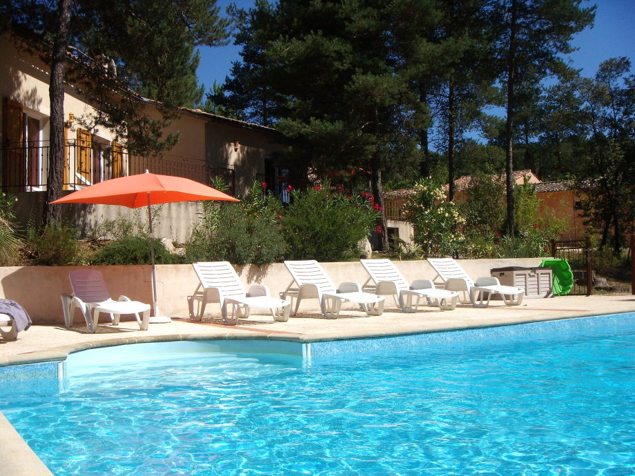 Der schöne Außenbereich mit Pool
