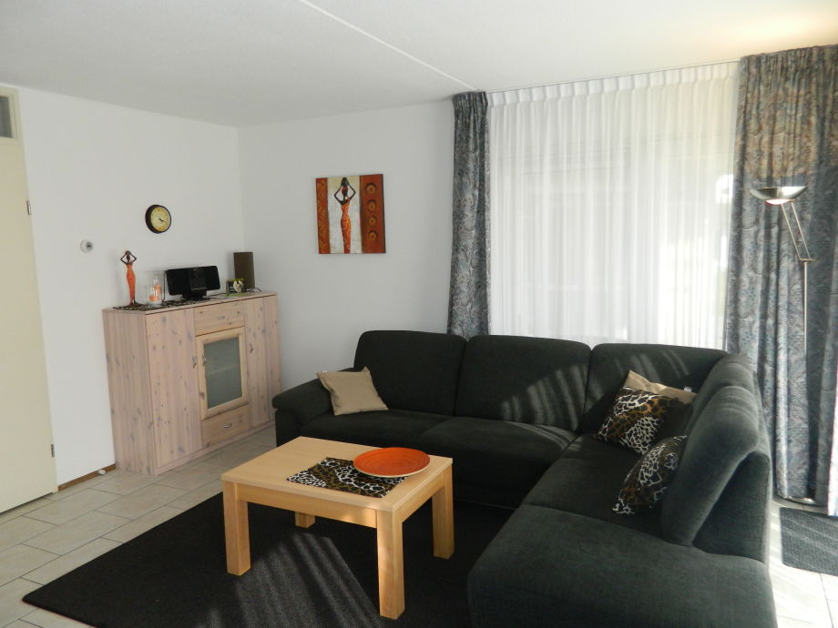 Ein gemütliches Wohnzimmer mit Couchlandschaft