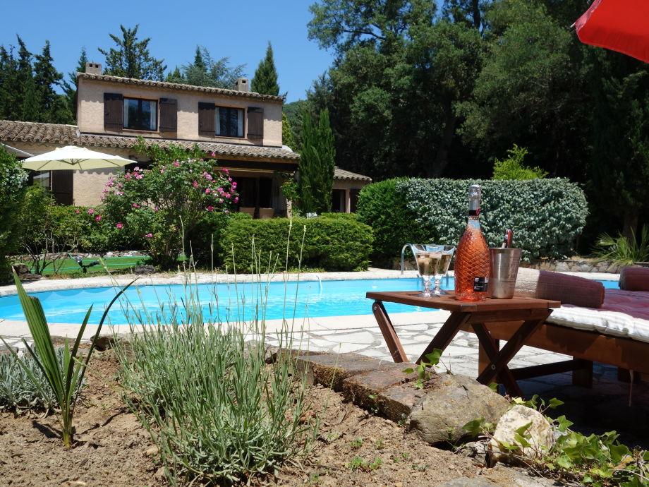 Blick vom  Pool aus auf das Ferienhaus