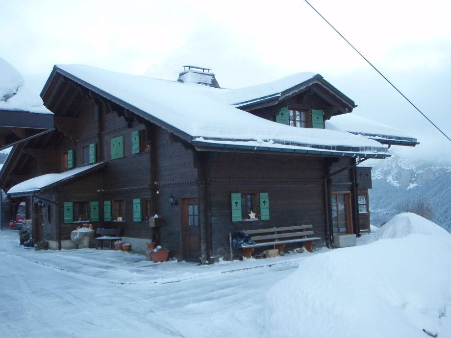 Nordwest Seite des Hauses mit Eingang und Parking