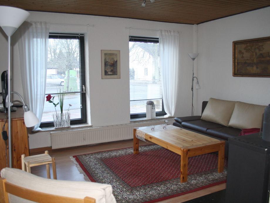 Wohnzimmer im skandinavischen Stil mit bodentiefen Fenstern