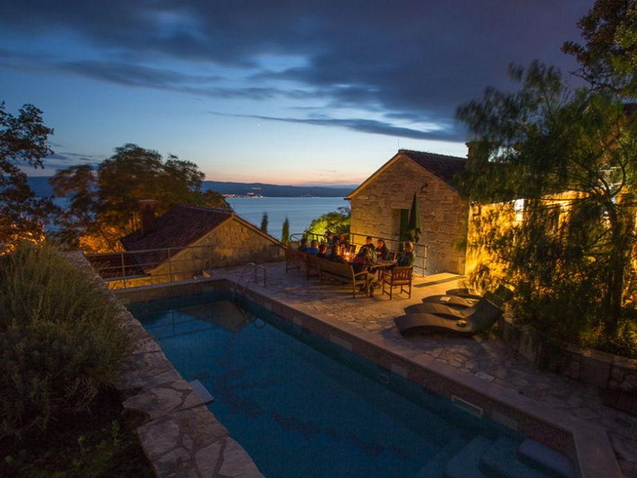Der Pool und die Terrasse am Abend