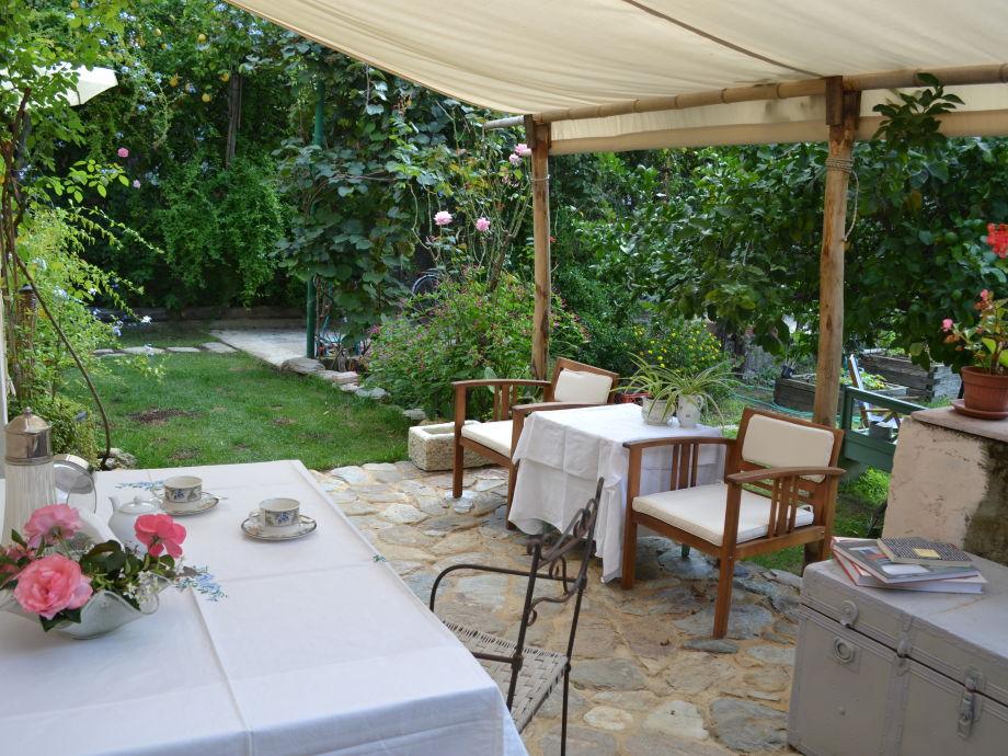 Liebevoll gedeckter Tisch unter der Markise