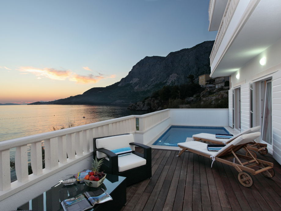 Terrasse mit Meerlick und Pool