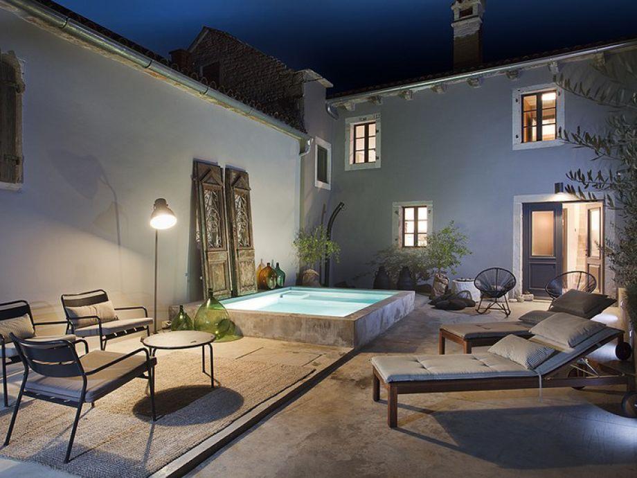Wunderschöne Terrasse mit Sonnenstühlen und Pool