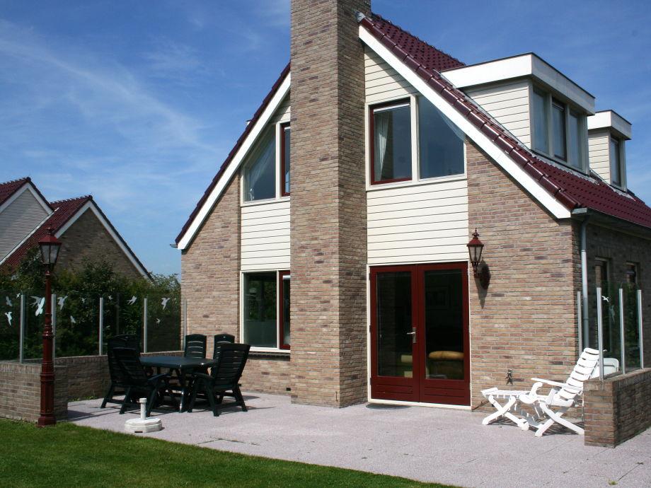 Blick auf die tolle Terrasse mit Gartenmöbel